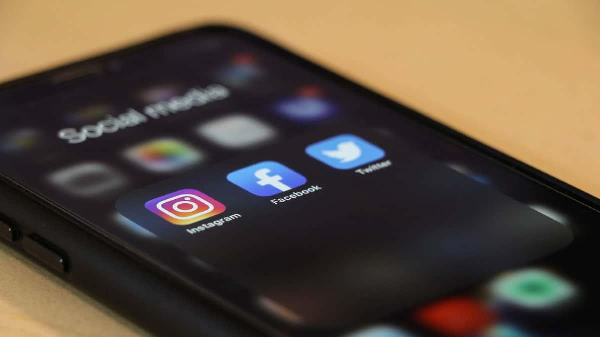 2020-06-10-social-media-post-ideas-realtors-new-home-sales-smartphone